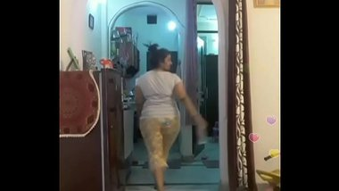 Hot desi indian bhabi shaking her sexi ass &boobs on bigo live...4