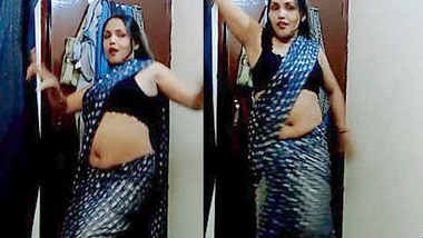 Hot Aunty in Bra and Saree